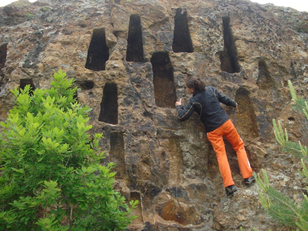 Тракийски скални ниши на достъпно място